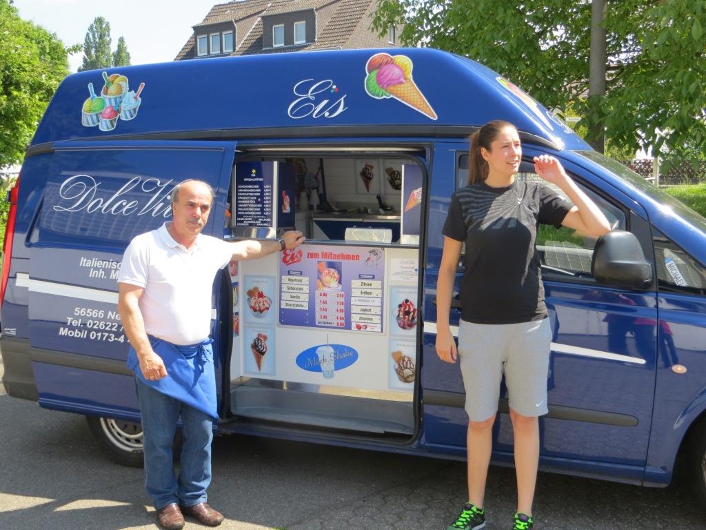 …..hatte Alex vor der Halle eine Überraschung organisiert: Der Eiswagen von Dolce Vita war vorgefahren.